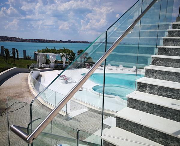 Sistemi di ringhiere in vetro per piscine