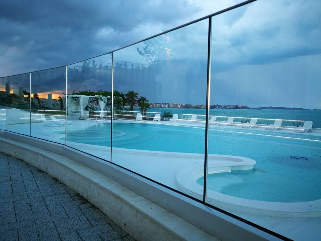 glass railings BV5500 wtih thin glass mounted as pool fence with square handrails